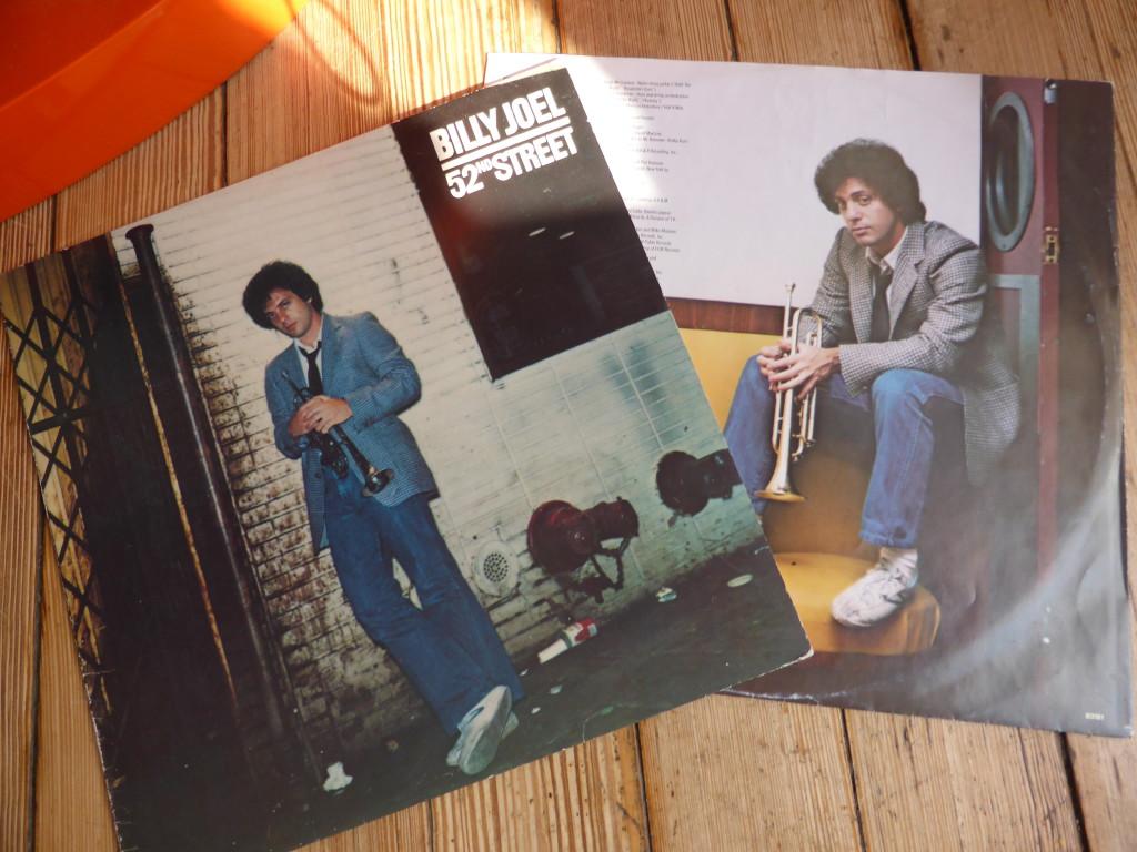 Mehr New York City als Billy Joel geht nicht. 52nd Street war in der Hochblüte des Be Bop. Charlie Parker, Miles Davis, Dizzy Gillespie. Billy rockt derzeit jeden Monat den Madison Square Garden.